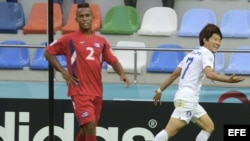 El delantero surcoreano Seungwoo Ryu (d) celebra un tanto marcado durante un partido del Mundial Sub'20 disputado entre Cuba y Corea del Sur en Kayseri (Turquía).