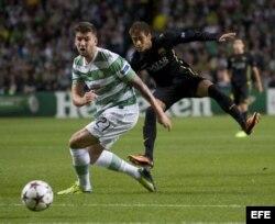 El centrocampista del Celtic de Glasgow Charlie Mulgrew (i) pelea por el balón con el delantero brasileño del FC Barcelona, Neymar da Silva, durante el partido del grupo H de la Liga de Campeones disputado en el Celtic Park de Glasgow, Reino Unido, el 1 d