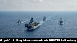 Barcos de guerra de Estados Unidos y Australia navegan por el mar de la China Meridional el 18 de abril de 2020. Foto: Archivo/Petty Officer 3rd Class Nicholas Huynh/U.S. Navy/Mancomunada via REUTERS.