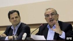 El expresidente de Colombia, Humberto de la Calle (d), jefe de la delegación del Gobierno colombiano, lee un comunicado sobre el estado de las negociaciones de paz que se llevan a cabo con la guerrilla de las FARC,en La Habana.