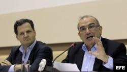 El expresidente de Colombia, Humberto de la Calle (d), jefe de la delegación del Gobierno colombiano, lee un comunicado sobre el estado de las negociaciones de paz que se llevan a cabo con la guerrilla de las FARC,en La Habana. Archivo