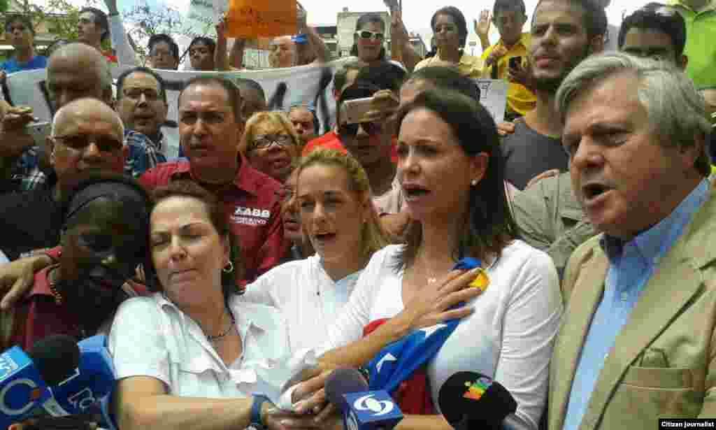 María Corina, Lilian Tintori y la esposa del Alcalde de Caracas,Mitzy Capriles, junto a otros opositores.