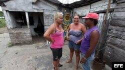 El transexual cubano José Agustín Hernández González (Adela-i) conversa con vecinos en el poblado de Caibarién, Villa Clara (Cuba).