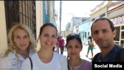 Periodistas independientes de La Hora de Cuba: (der. a izq.): Henry Constantín, su esposa Iñalkis Rodríguez, Iris Mariño y Sol García Basulto.