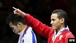 El cubano Robeisy Ramirez celebra el oro conseguido ante el mongol Tugstsogt Nyambayar en la categoría de peso mosca 52 kg de los Juegos Olímpicos de Londres 2012.