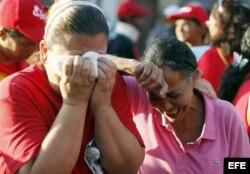 Seguidoras del presidente Hugo Chávez, lloran desconsoladas.