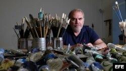 El pintor cubano Julio Larraz, en su estudio en Miami, durante una entrevista con Efe.