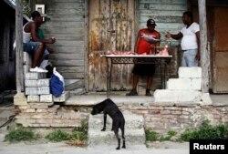 Foto Archivo, un hombre vende carne de cerdo en un portal de La Habana. REUTERS/Desmond Boylan