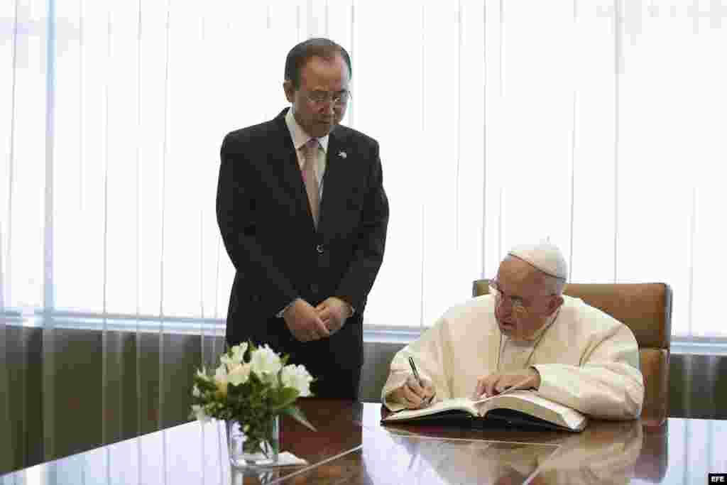 VISITA DEL PAPAEl papa Francisco (d) firma en el libro de invitados junto al secretario general de la ONU, Ban Ki-moon (i) durante su visita a la ONU.