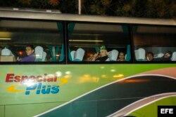 Los autobuses que transportan a 184 migrantes cubanos desde El Salvador hasta la frontera entre Guatemala y México parten del aeropuerto Oscar Arnulfo Romero