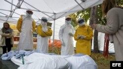 Trabajadores sanitarios de la Federación Internacional de la Cruz Roja (FICR) y de la ONG Médicos sin Fronteras realizan un entrenamiento previo a su viaje a los países de África afectados por el ébola, en la sede de la FICR en Ginebra, Suiza.