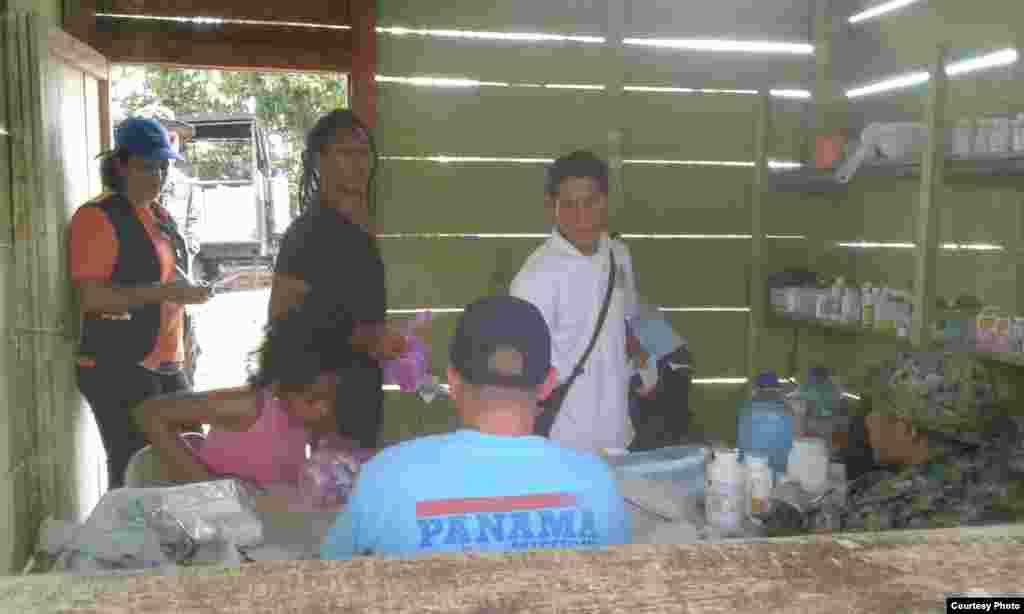 Cubanos varados en campamento de Lajas Blancas, en Darién, reciben atención médica.