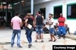 Unos 200 inmigrantes cubanos tuvieron que ser trasladados a una antigua prisión. Foto: Cortesía de la agencia de noticias en Quadrantín, Chiapas.