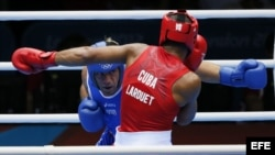 Clemente Russo (azul) de Italia se enfrenta a José Gómez Larduet de Cuba (rojo) en el combate de cuartos de final en la categoría de pesados 91 kg en Londres (Reino Unido).