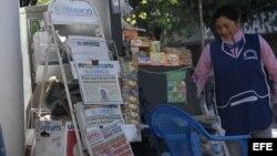 Vista general de un quiosco de venta de periódicos en Quito, Ecuador, donde aparece el diario El Universo.