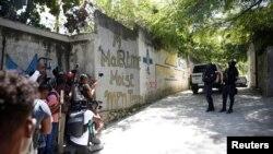 Periodistas interrogan a oficiales de Policía que rodean la residencia del presidente asesinado, Jovenel Moise, en Puerto Príncipe, Haití. (REUTERS/Estailove St-Val)
