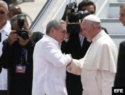 El papa Francisco (d) se despide de Raúl Castro en el aeropuerto Antonio Maceo.