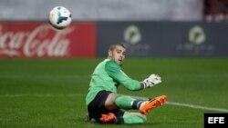 El portero del Barcelona Víctor Valdes encaja el primer gol del Sevilla