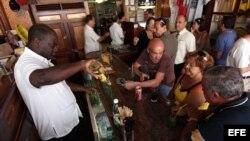 """Un cantinero prepara unos mojitos en el famoso restaurante habanero """"La Bodeguita del Medio"""""""
