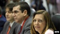 La directora para EEUU del Ministerio de Relaciones Exteriores de Cuba, Josefina Vidal Ferreiro (der.) y José R. Cabañas, jefe de la Sección de Intereses de Cuba en Washington.