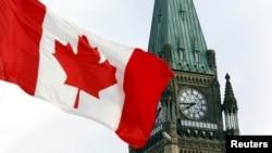 Bandera de Canadá en el Parlamento de Ottawa.