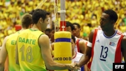 Los jugadores del seleccionado brasileño, Dante Amaral (i), saluda al jugador de Cuba Robertlandy Simon (d), durante el partido final por la Copa América de Voleibol disputado hoy, 28 de septiembre de 2008, en el gimnasio Aecim Tocantins de la ciudad de C
