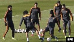 Los jugadores del Real Madrid, Pepe (i), Marcelo Vieira da Silva (2d), Carlos Henrique Casemiro (3d) y Gareth Bale (i), durante el entrenamiento del equipo celebrado en la Ciudad Deportiva de Valdebebas con motivo de la preparación previa al partido de la