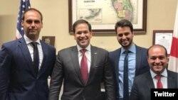 El diputado brasileño Eduardo Bolsonaro (izq.) se reunió anoche con el Senador Marco Rubio (2do. izq.)
