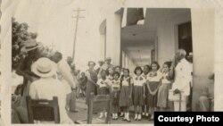 24/febrero/1952. La maestra Carmen Córdoba y un grupo de alumnas de la Escuela Pública No. 126 Ramón Rosaínz en el Hogar del Veterano, en San Miguel y Agustina, en 10 de Octubre. Además de conversar con viejos mambises, le obsequiamos una caja de tabacos. Yo soy la del chalequito, en la fila delantera, la tercera de izquierda a derecha.