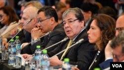 El canciller colombiano Carlos Holmes Trujillo, al centro, habla en la Conferencia Internacional por la Democracia en Venezuela (Foto: VOA).