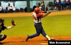 Ramón Lunar se destacó al bate por el equipo cubano.