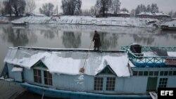 Casa flotante en el río Jehlum en Srinagar, capital de verano del estado indio de Cachemira.
