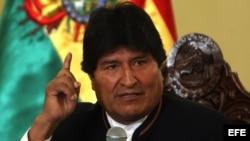 El presidente de Bolivia, Evo Morales, habla a la prensa antes del referendo sobre su reelección.