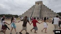 Varias personas participan junto a grupos tradicionalistas de la cultura maya, en un ritual cerca de la pirámide de Kukulkán, en Chichen Itzá,México.