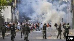 Enfrentamiento entre manifestantes y la guardia en Venezuela.