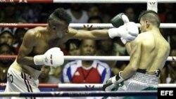 """El boxeador cubano Lázaro Álvarez (i), del equipo """"Domadores"""", ante Lindolfo Delgado (d) de """"Guerreros de México"""" en 60 kg"""