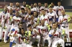 Jugadores del equipo de béisbol de Cuba celebran su victoria ante Nicaragua.