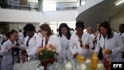 BRA01. BRASILIA (BRASIL), 26/08/2013.- Un grupo de médicos extranjeros participa hoy, lunes 26 de agosto de 2013, en un entrenamiento en la Universidad de Brasilia (Brasil), para poder empezar a trabajar en sanidad pública en este país. El Gobierno Brasil