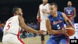 José Barea (d) de Puerto Rico disputa el balón contra Ósmel Oliva (i) de Cuba.