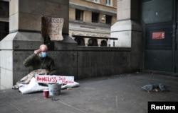 Un hombre que vive en las calles de Londres se protege del coronavirus. REUTERS/Hannah McKa