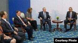 Alejandro Castro (i) ocupó el tercer lugar en el protocolo durante el encuentro entre Raúl Castro y el presidente Obama en la Cumbre de las Américas de Panamá