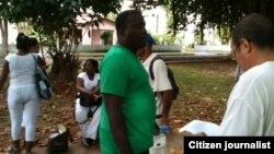 Reporta Cuba activistas fuera de iglesia Santa Rita esperando inicio de misa Foto Angel Moya