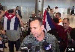 José Daniel Ferrer habla con la prensa a su llegada a Miami. (Martí Noticias)