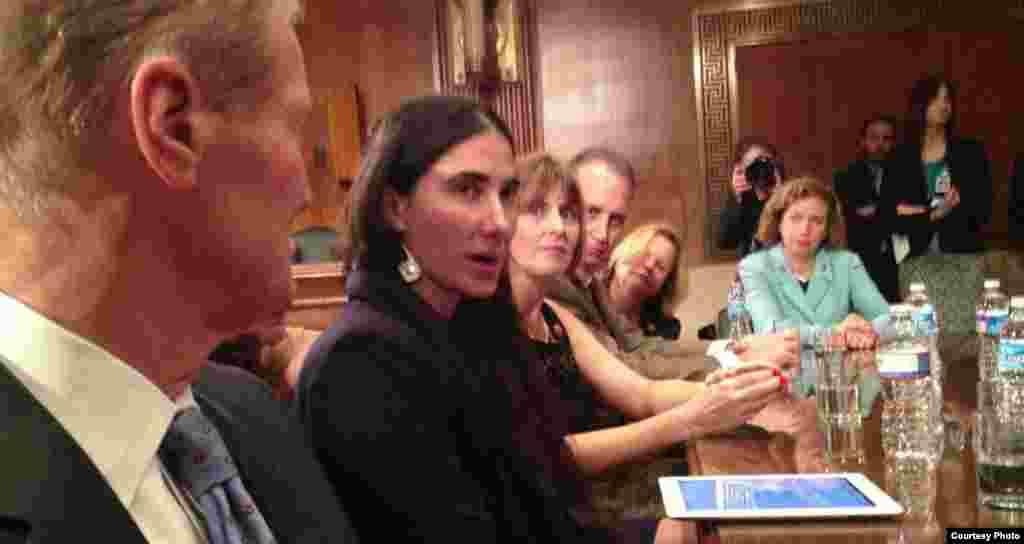 Yoani conversando con congresistas estadounidenses. Tomado del Twitter de Joe García.