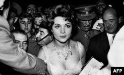 Sara Montiel en el apogeo de su carrera entrando al Cine Rialto, Madrid