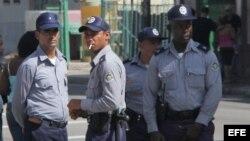 Fotografía de archivo de policías cubanos. EFE/ Rolando Pujol