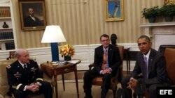 Barack Obama se dirige a los medios tras una reunión con su secretario de Defensa, Ashton Carter (c), y el jefe del Estado Mayor Conjunto de EEUU, el general Martin Dempsey (i).