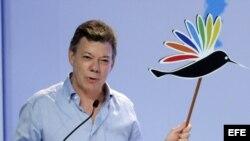 Juan Manuel Santos preocupado por la salud de Chávez