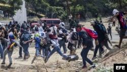 Manifestantes opositores se enfrentan a miembros de la Guardia Nacional Bolivariana