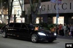 El auto oficial que transporta al líder norcoreano, Kim Jong-un, circula por una calle del centro de Singapur.